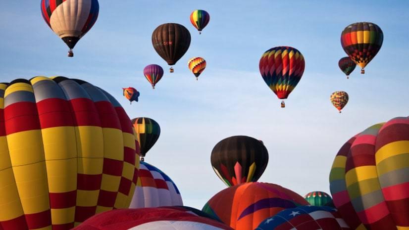 Por que balões de ar quente flutuam?